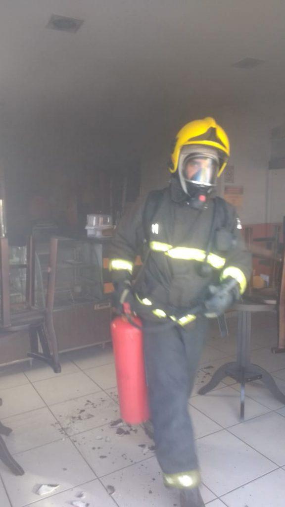 Incêndio em uma fritadeira elétrica foi combatido com uso de um extintor (Foto: Corpo de Bombeiros)