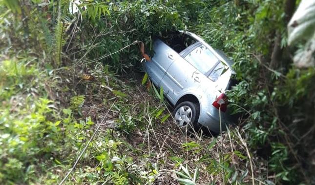 Guabiruba: Em acidente entre três veículos, dois caem em ribanceira
