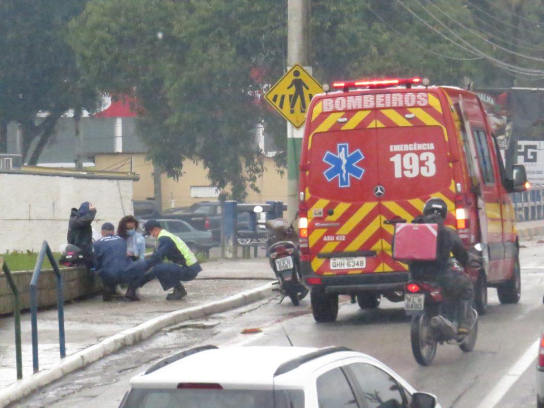 Acidente entre carro e motoneta ocorreu por volta do meio-dia desta quarta-feira, 8