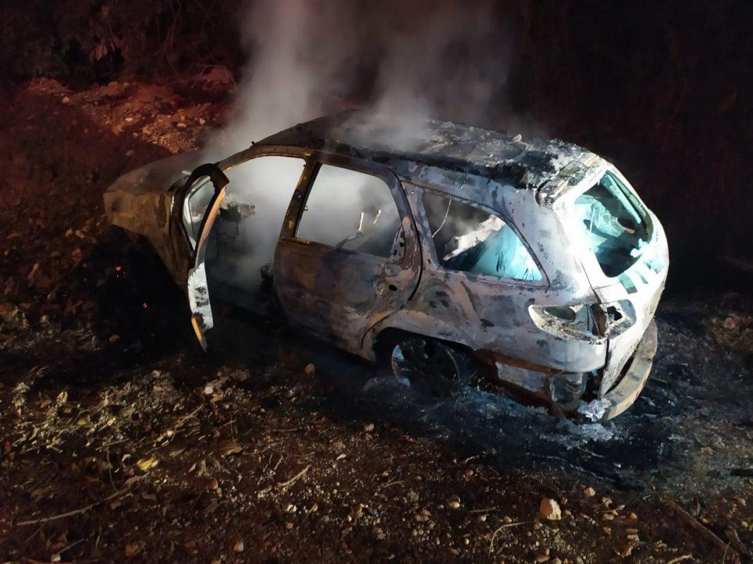 Carro abandonado na rua Cristalina fica destruído após incêndio