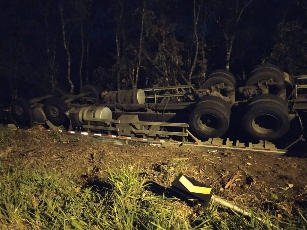 De acordo com o SAMU, o motorista de 26 anos saiu ileso.