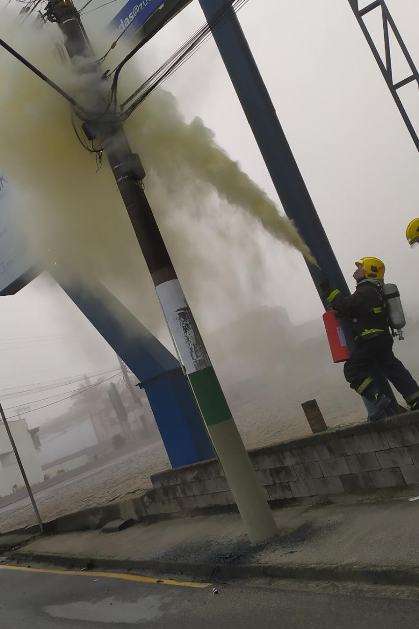 Bombeiros controlam princípio de incêndio em poste