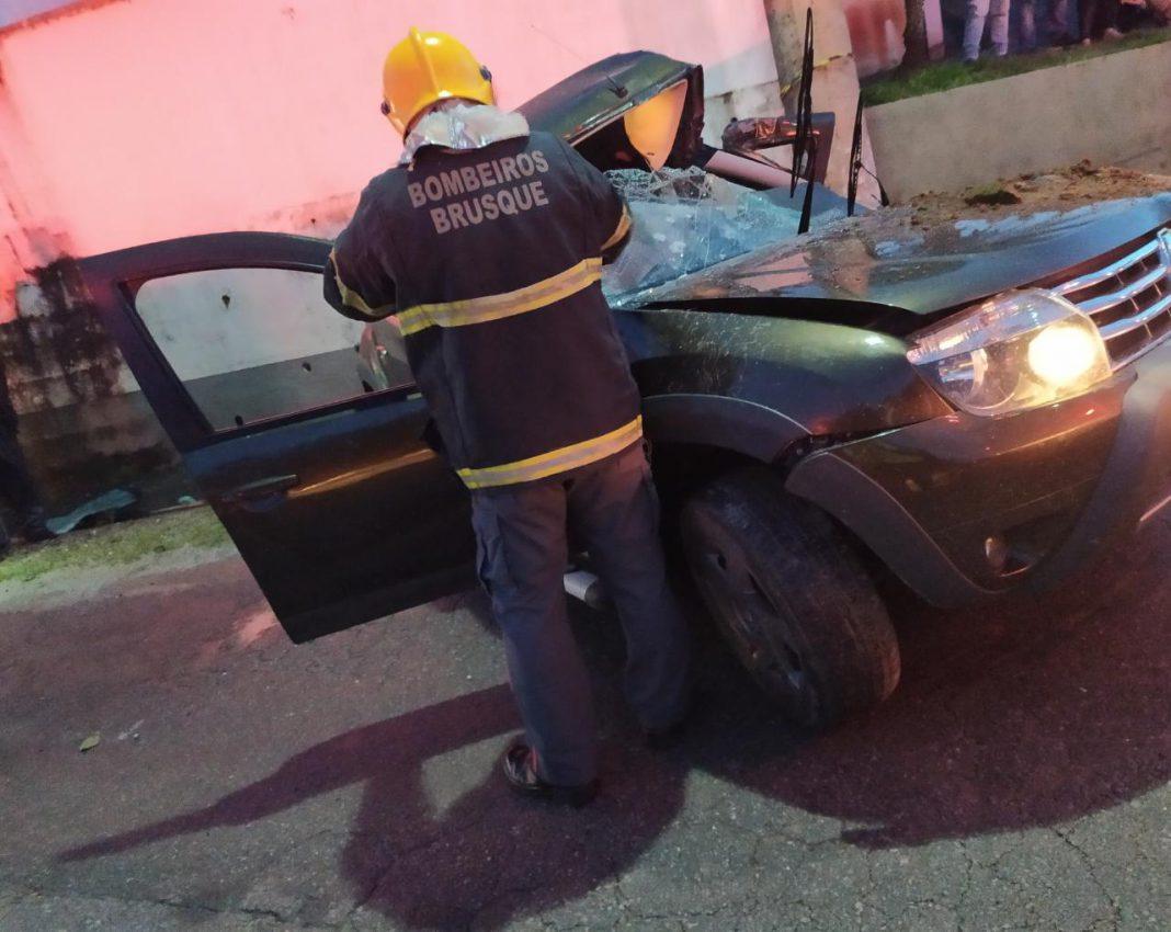 Carro atingiu um poste na rua Humberto Mazolli