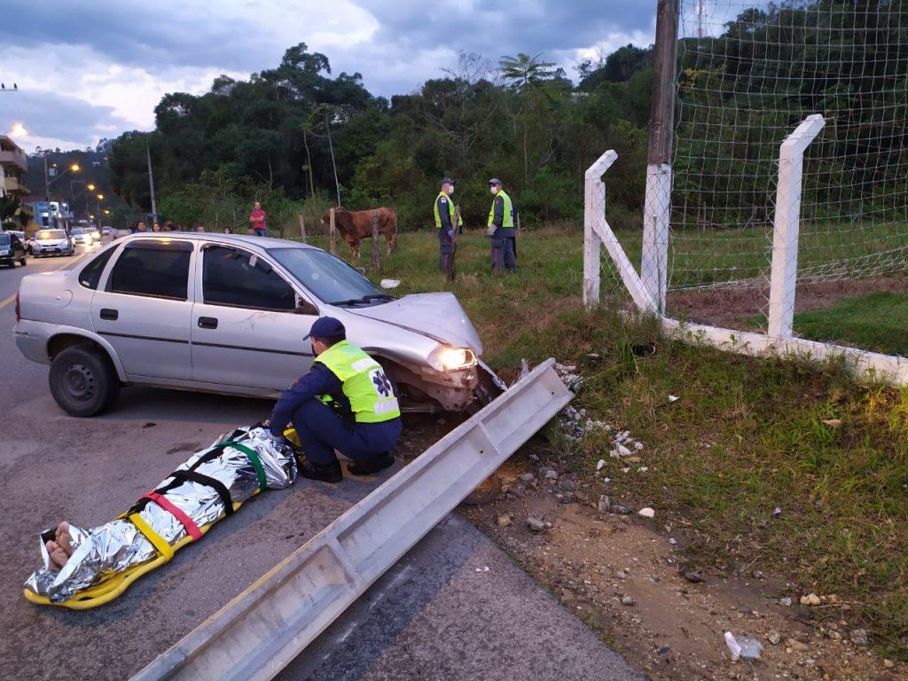 Carro atropela idoso e ciclista na rua Ponta Russa; em seguida bate em poste