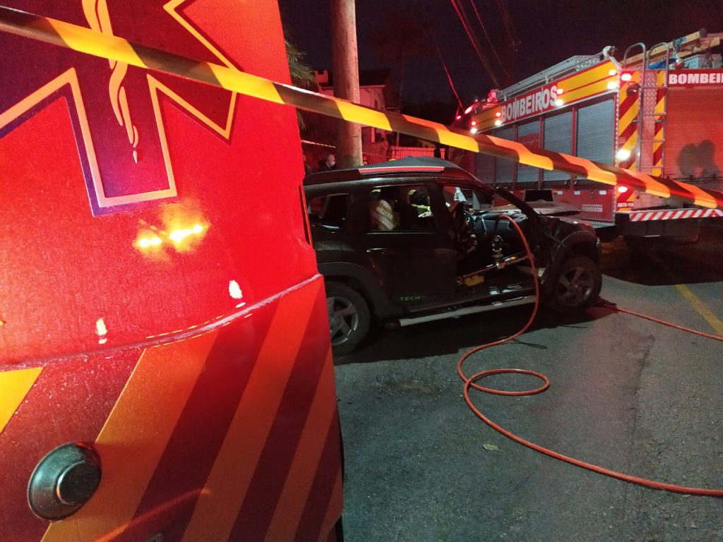 Carro atingiu um poste na rua Humberto Mazolli, no centro de Botuverá