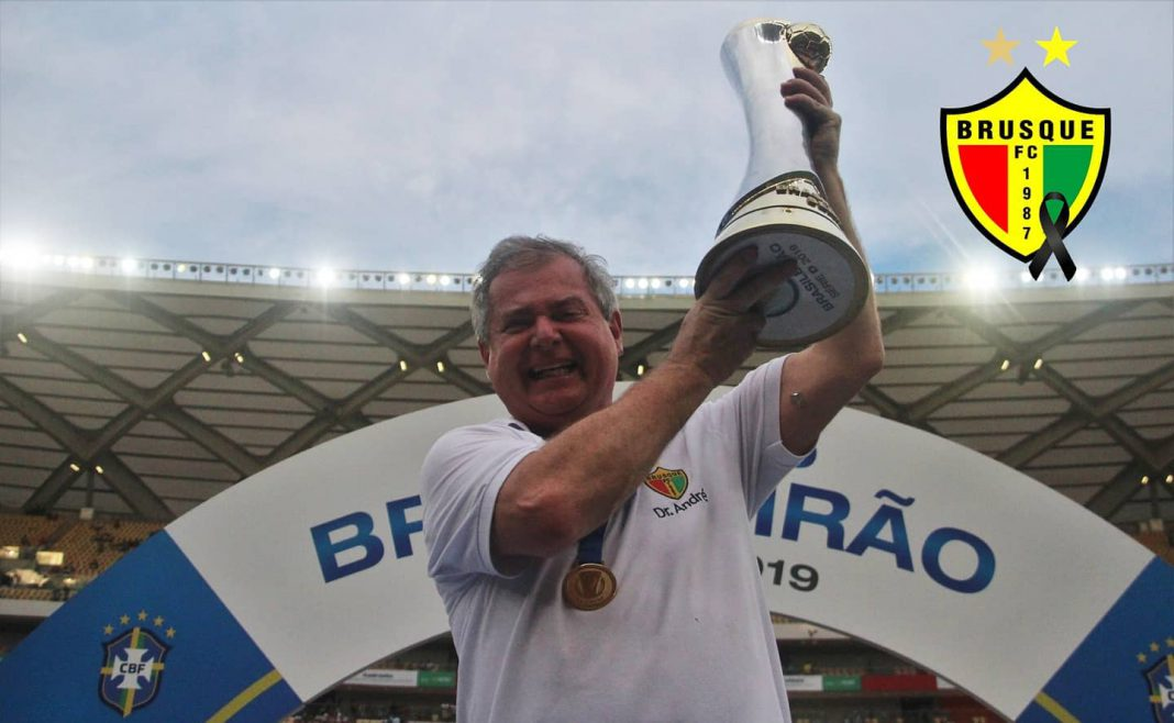 Dr. André Karnikowski, médico do Brusque Futebol Clube, comemorando título da Série D.