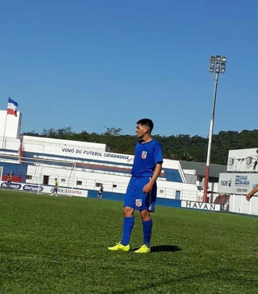 Lucas Gabriel em treinamento no Estádio Augusto Bauer