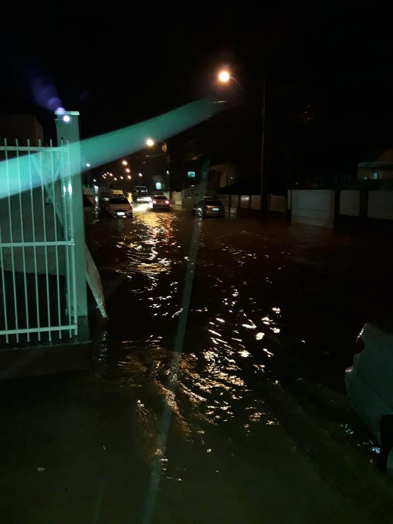Chuva provoca alagamentos na rua Leônidas Padilha