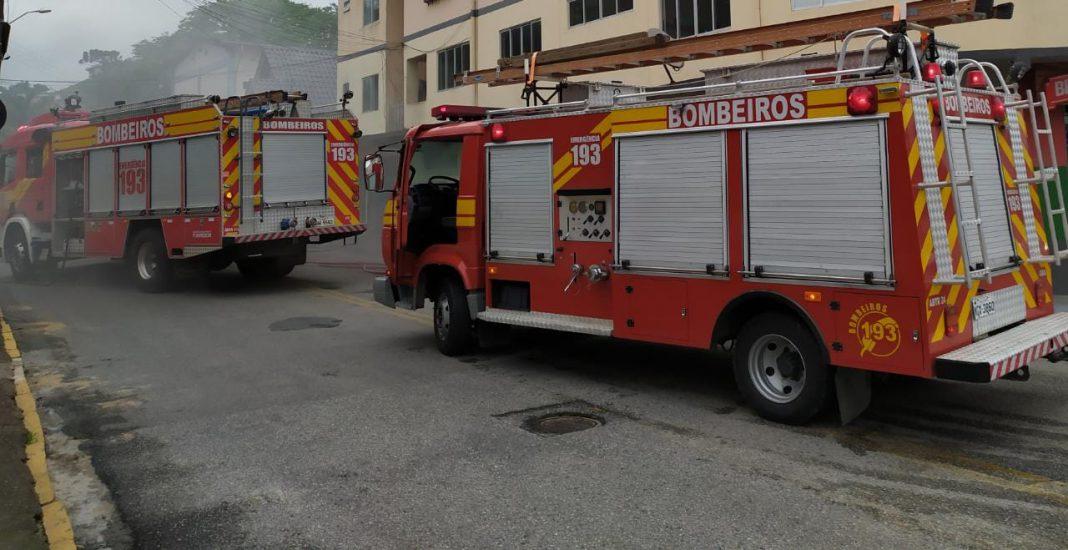 Corpo de Bombeiros combate incêndio em edificação mista no bairro Souza Cruz