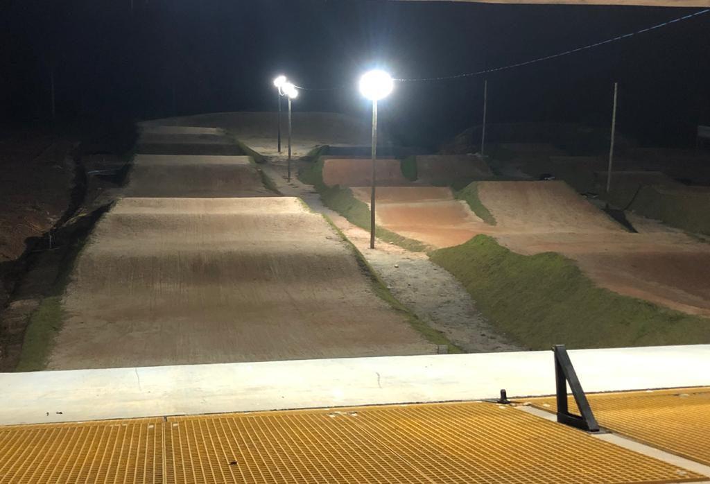 Iluminação nas retas da pista no centro de treinamentos da BBF
