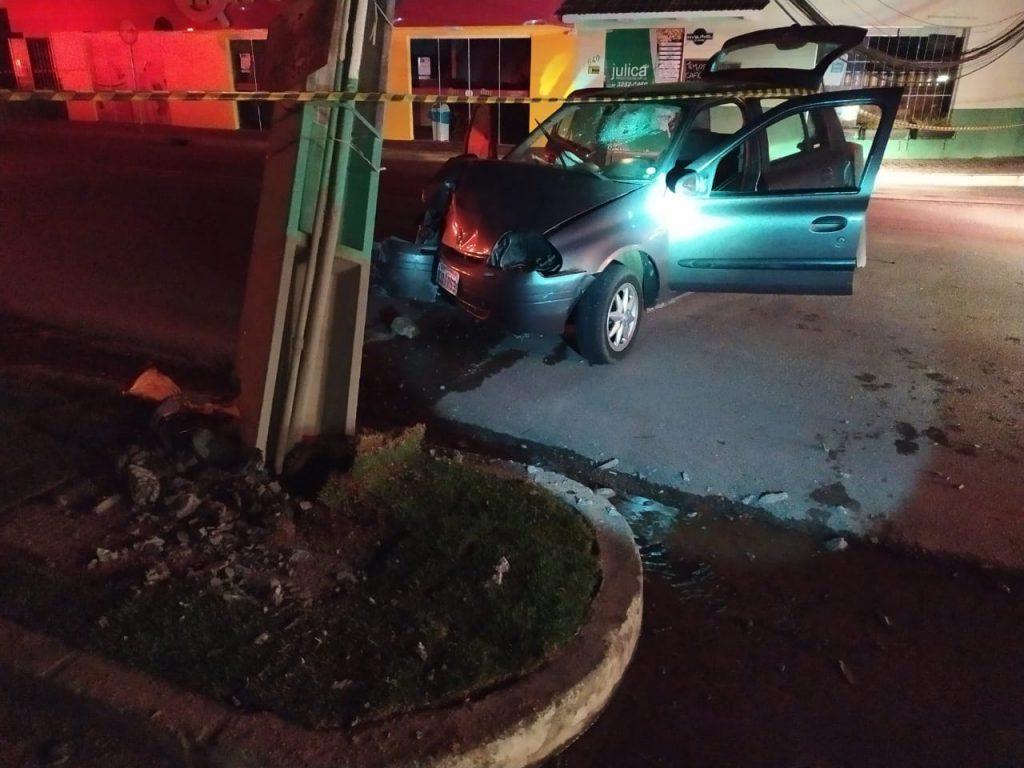 Veículo atinge poste no bairro Santa Rita