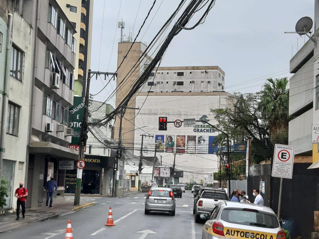 Rompimento de cabos de telefonia na rua Rodrigues Alves