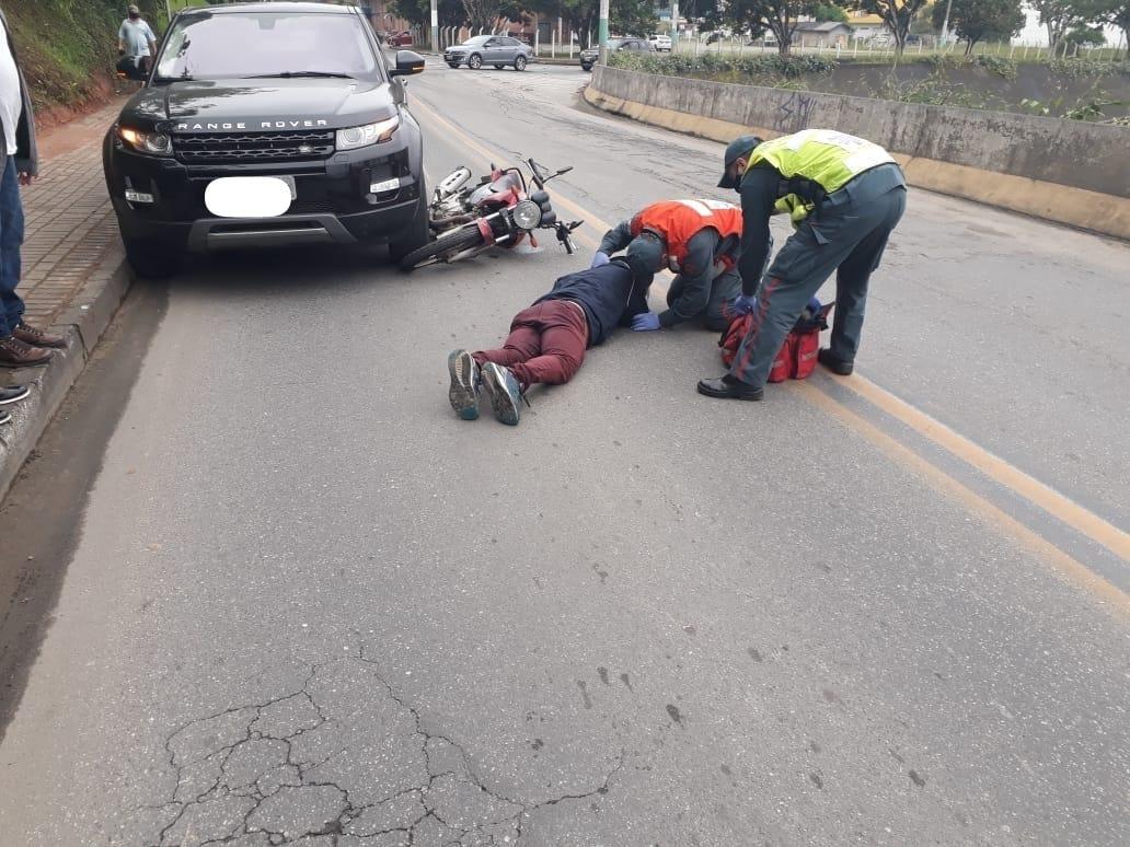 Colisão na rua Henrique Rosin deixou motociclista ferido