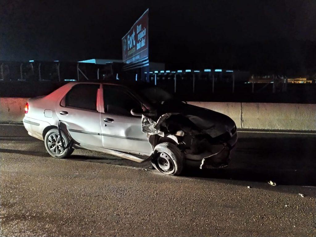Veículo Fiat/Siena envolvido na colisão na rodovia Antônio Heil