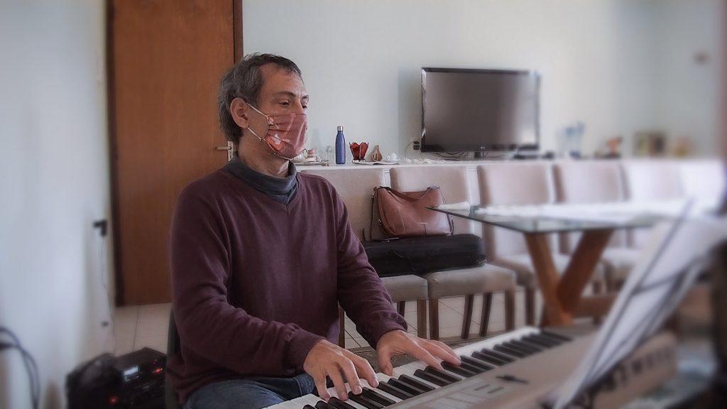 Maestro Sergio Westrupp regendo ensaio da Philarmonia Brusque
