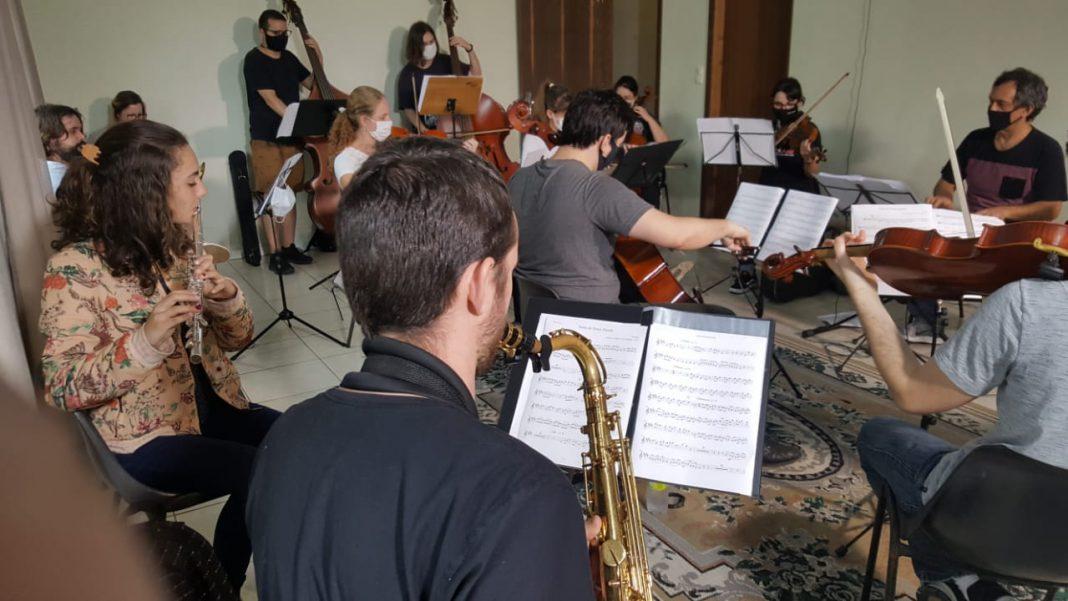 Músicos ensaiam para o primeiro número da Philarmonia Brusque