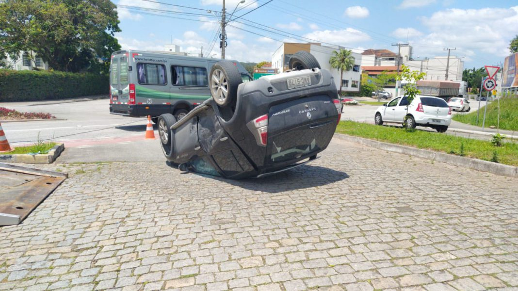 Uma colisão terminou no tombamento de um veículo nas proximidades da Apae.