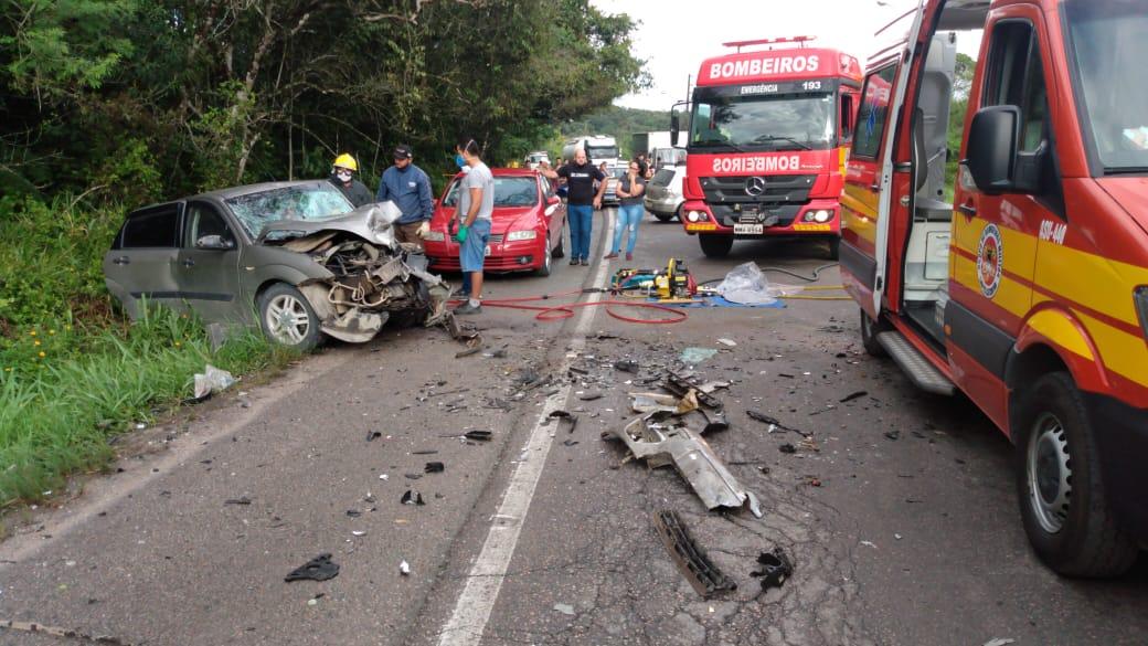 Colisão entre dois carros na rodovia Ivo Silveira na manhã desta sexta-feira, 30