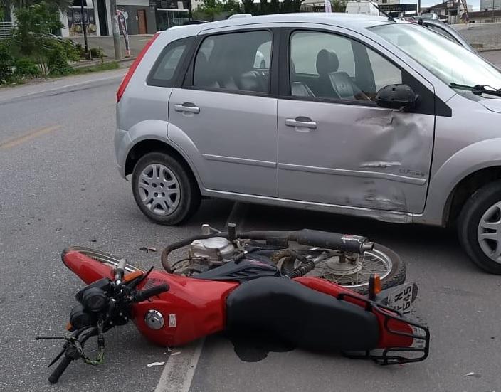 Corpo de Bombeiros foi acionado para colisão carro e moto na manhã deste sábado, 31