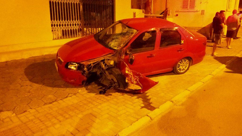 Veículo Fiat/Siena envolvido em acidente no bairro Santa Terezinha