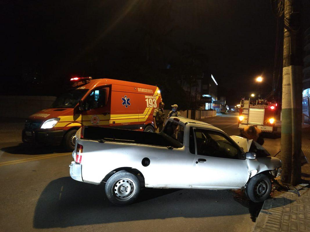Carro bate em poste na rua 7 de Setembro, no bairro Santa Rita