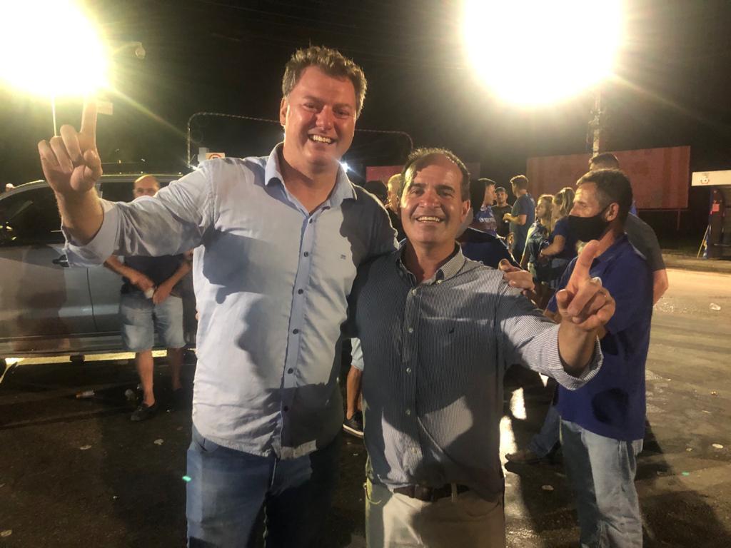 Cledson Kormann e Valmir Zirke comemorando a vitória nas urnas