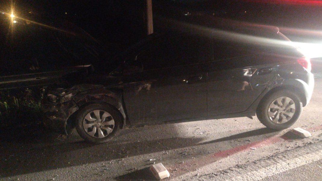 Acidente entre dois veículos na rodovia Antônio Heil na noite de domingo, 29