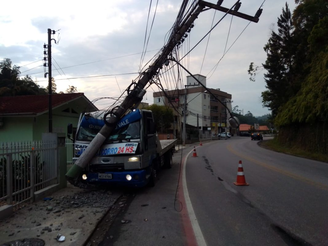 Um caminhão colidiu em poste na Rua Florianópolis na madrugada desta sexta-feira, 27
