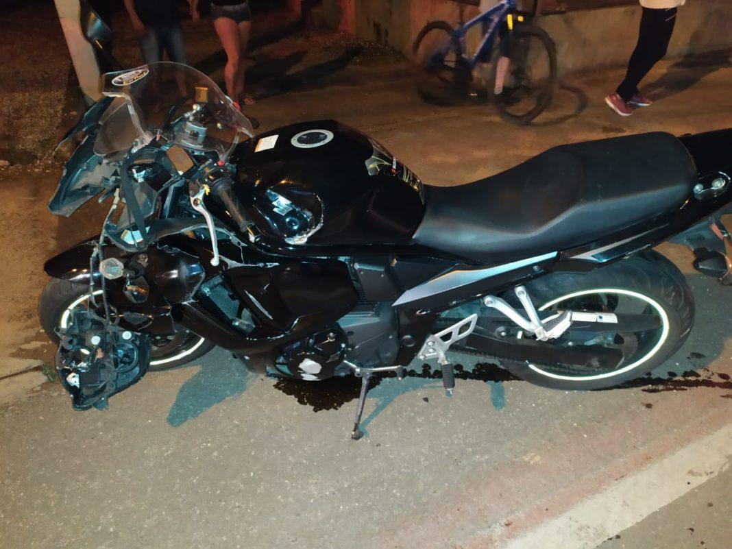 Acidente entre moto e dois veículos na noite de sexta-feira, 13