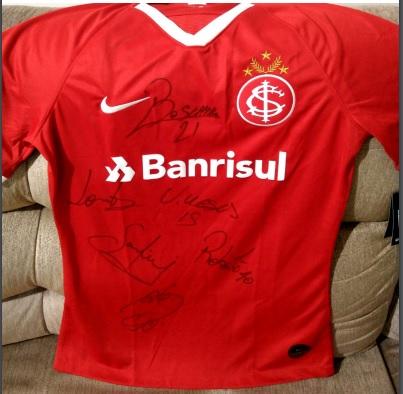 Camisa do Internacional autografada em prol da campanha Salve Laurinha