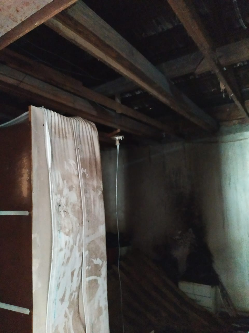 Quarto de residência atingido por incêndio nesta terça-feira, 24, no bairro Bateas