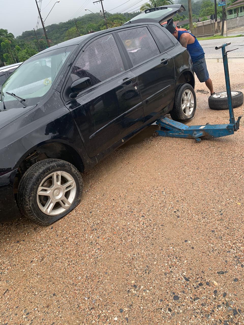 Veículo teve dois pneus furado por conta de buraco na rodovia Pedro Merízio, em Botuverá (Foto: Divulgação)