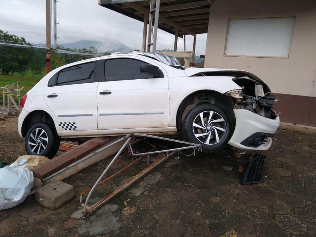Carro saiu da pista na rodovia Antônio Heil, no bairro Limoeiro (Foto: PRE)