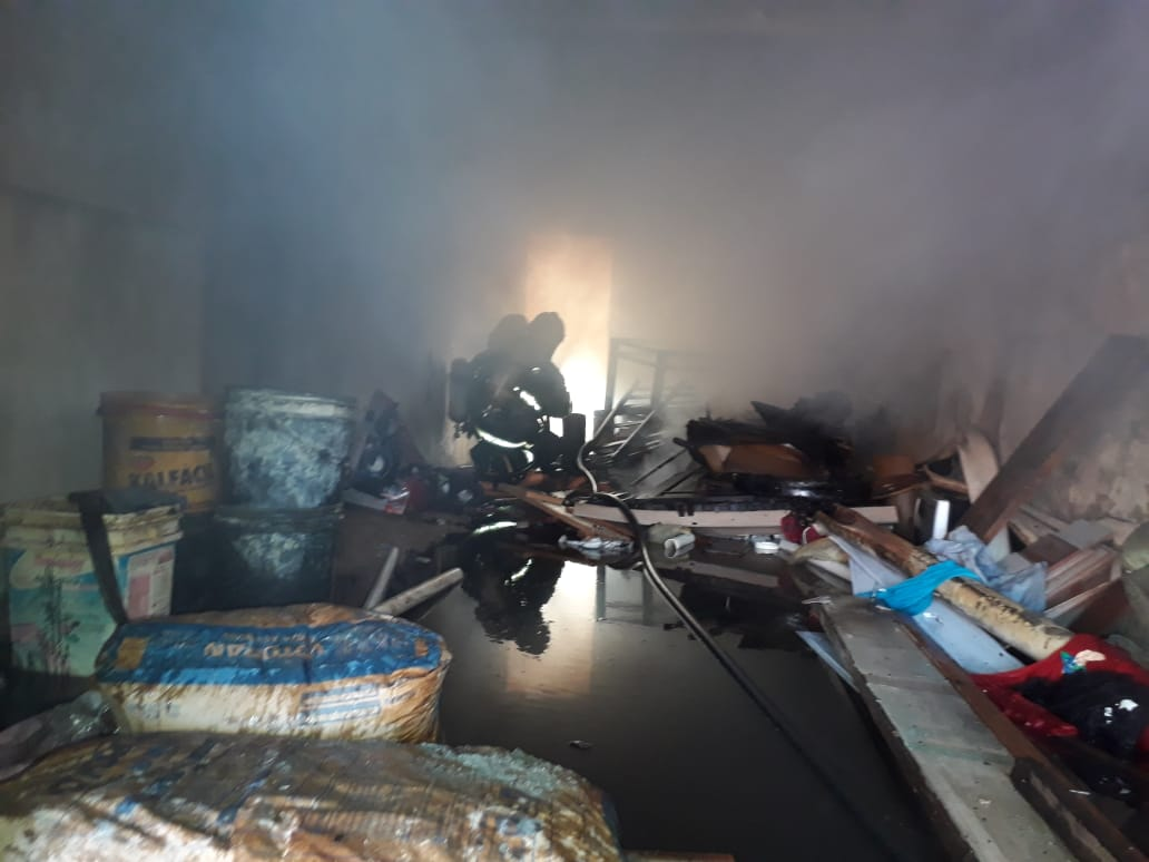 Incêndio em garagem movimenta bombeiros no bairro Tomaz Coelho