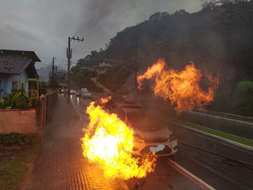 Incêndio em veículo registrado na manhã deste sábado, 5