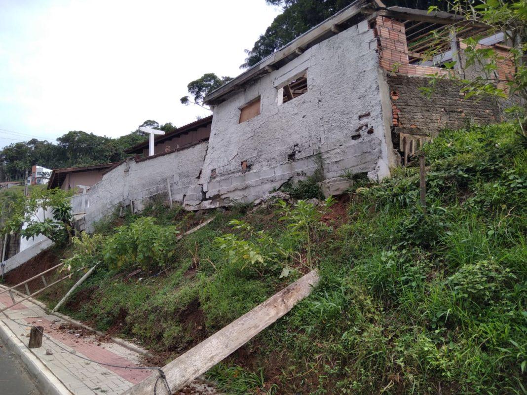 Sob risco de deslizamento, muro e a garagem de uma casa na a rua Padre Antônio Eising