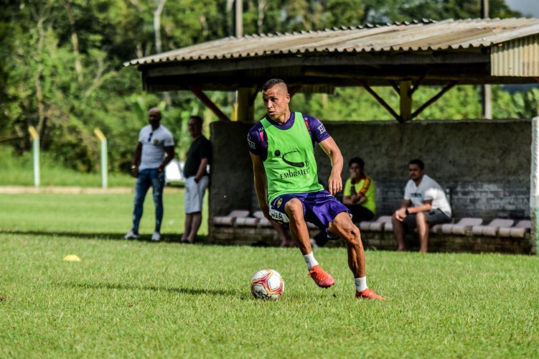 Jogador Eliomar durante treino no Brusque FC