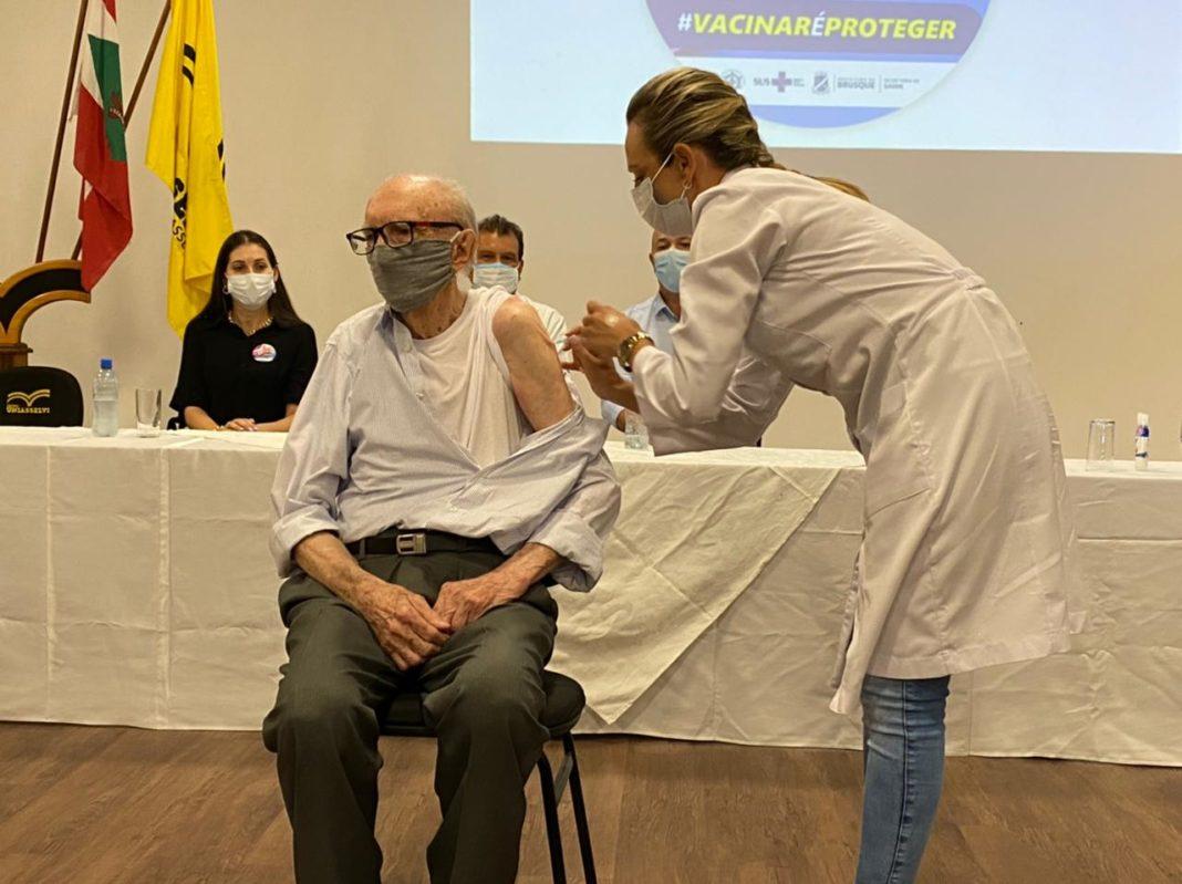 O primeiro brusquense a ser imunizado foi Walter Orthmann, que entrou no Guinness Book por ser o funcionário com maior tempo em atividade na mesma empresa.