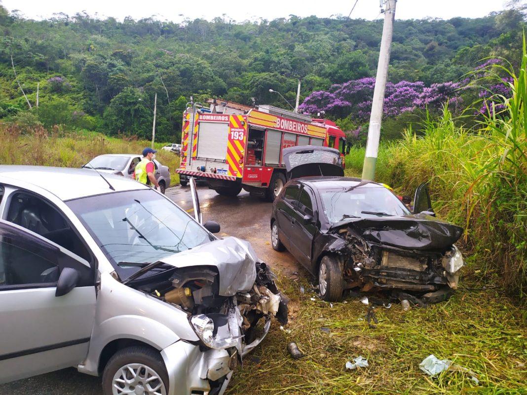 A colisão frontal entre dois veículos foi registrada na rua Benjamim Beber (Foto: Corpo de Bombeiros)