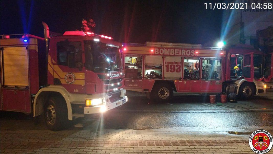 Corpo de Bombeiros foi acionada para incêndio em loja de roupas (Foto: CBSC)