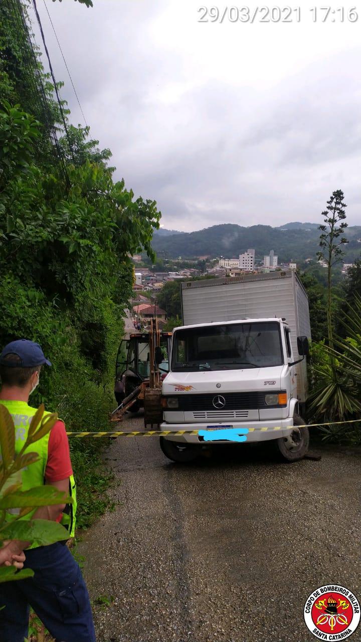 Caminhão derrapou na subida da rua Valdir Geratti, no bairro Águas Claras