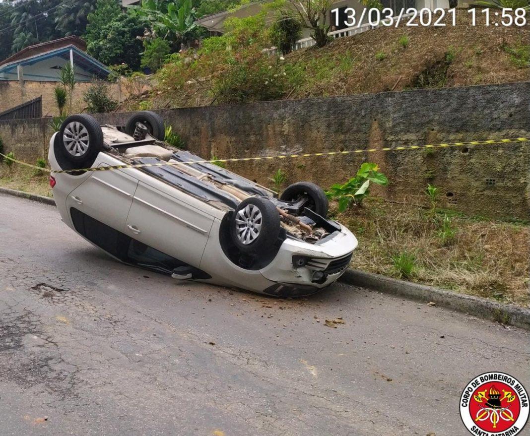 Capotamento de veículo no sábado de manhã, 13, no bairro Paquetá (Foto: Corpo de Bombeiros)