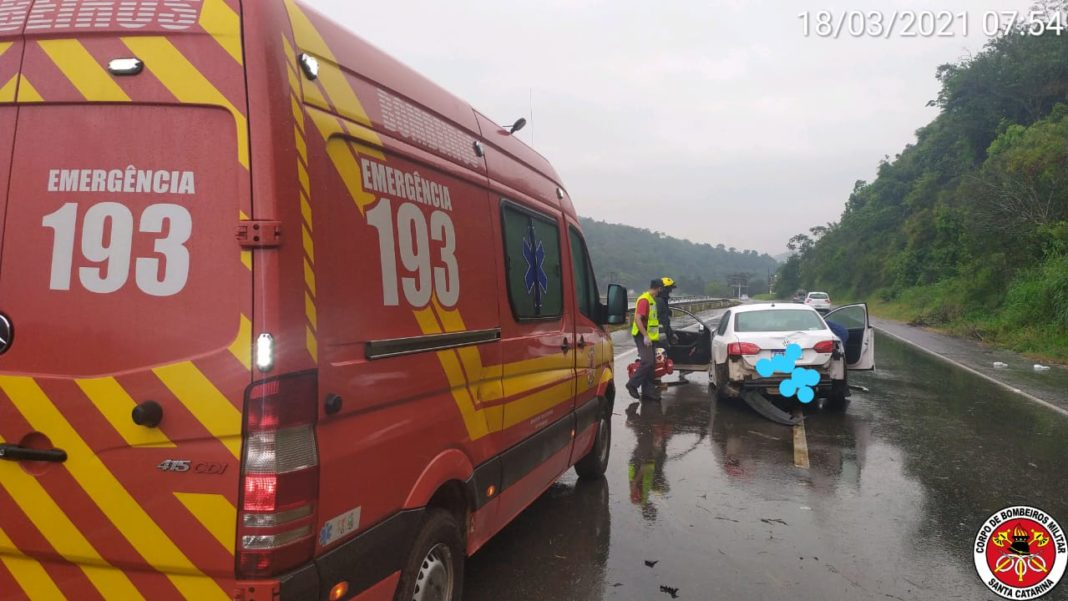 Acidente na rodovia Antônio Heil, bairro Limoeiro (Foto: Corpo de Bombeiros)