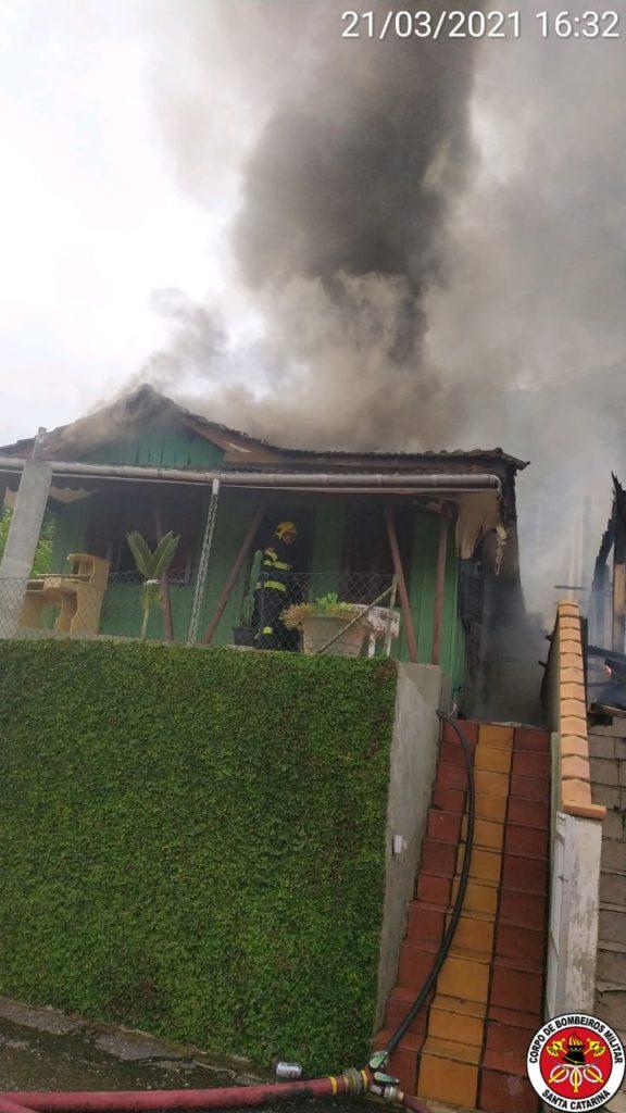 Corpo de Bombeiros combate incêndio em duas residências no bairro Guarani