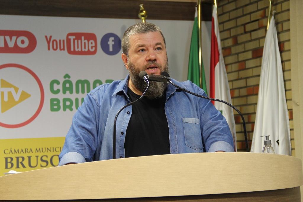 Vereador Cassiano Tavares, em pronunciamento na tribuna da Câmara. Foto: Talita Garcia/Imprensa Câmara Brusque.