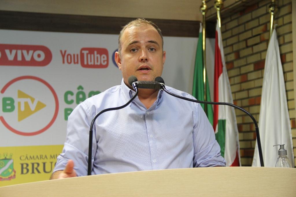 Vereador André Batisti na tribuna da Câmara ( Foto: Talita Garcia/Imprensa Câmara Brusque)