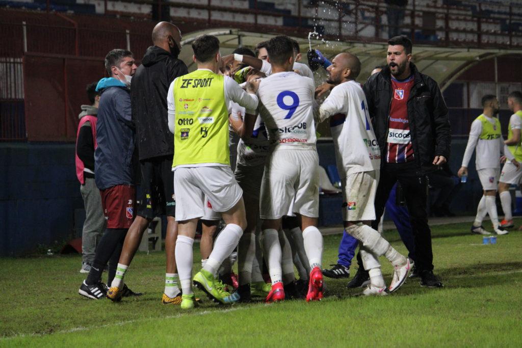 Equipe do Carlos Renaux em comemoração de gol no jogo de empate de 3 a 3 (Foto: Divulgação/CACR)